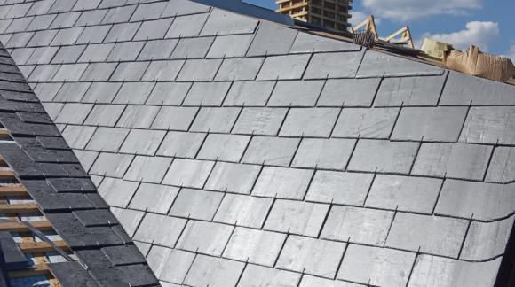 ¿Cómo colocar tejas de pizarra en un encuentro vertical como una pared?